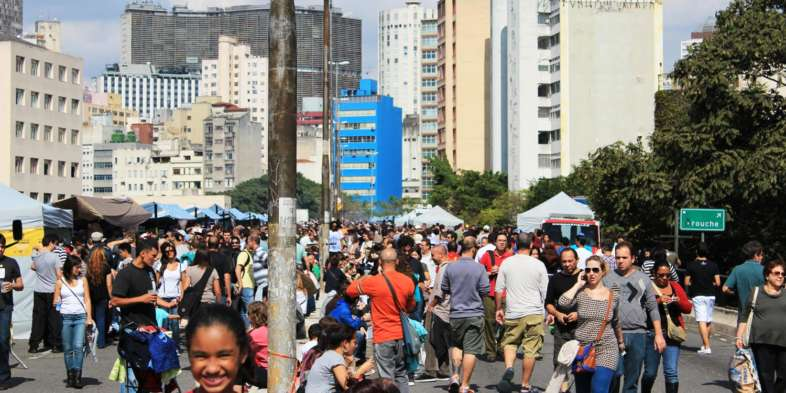 Minhocão, Copan, Arouche e garotinha sorrindo durante Virada Cultural