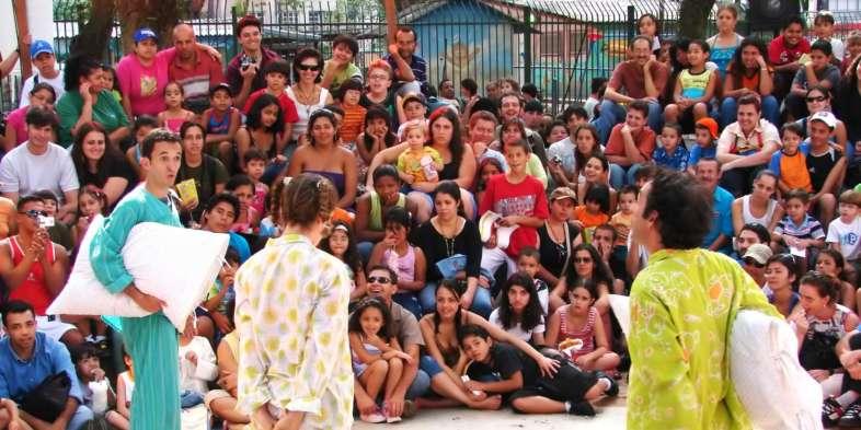 Peça infantil na Praça da República durante Virada Cultural