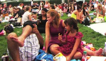 Tão bom ver crianças em eventos públicos - Summer Film Fest no Millenium Park em Chicago - Capa