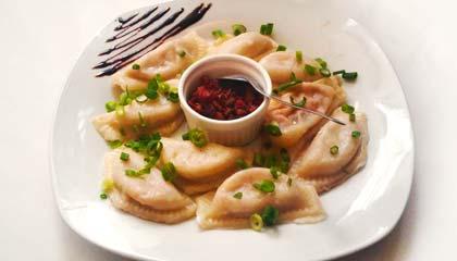 Maria Escaleira - Pierogis recheados com carne seca e requeijão, cobertos com molho e com acompanhamento de bacon - Capa
