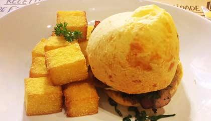 Pão de queijo recheado com pernil da Pão de Queijaria - Capa