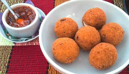 Bolinhoz de arroz recheados com queijo, acompanhados de molho de pimenta - Capa