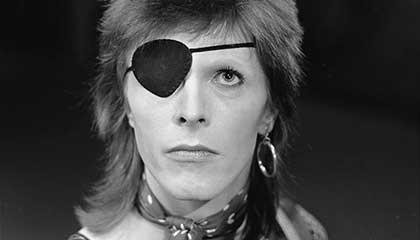 Bowie gravando Rebel Rebel na TV holandesa em 1974 (Foto de Beeld en Geluidwiki, CC-BY-SA, http://www.beeldengeluidwiki.nl/index.php/Gallery:_Toppop_%281974%29)