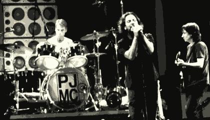 Membros do Pearl Jam na O2 World em Berlim em 5 de julho de 2012 (Foto de Alive87, CC-BY)