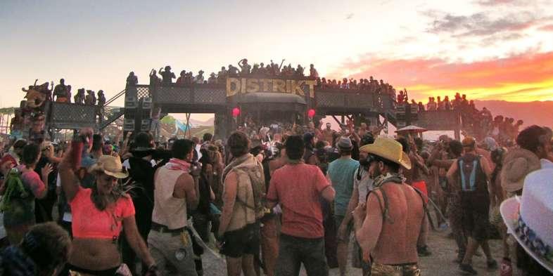 Distrikt, um dos muitos locais que agruparam centenas de pessoas apenas sendo elas mesmas e se divertindo