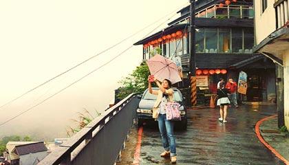 O belo cenário da Jiu Fen Old Street sendo fotografado por outra turista - Capa