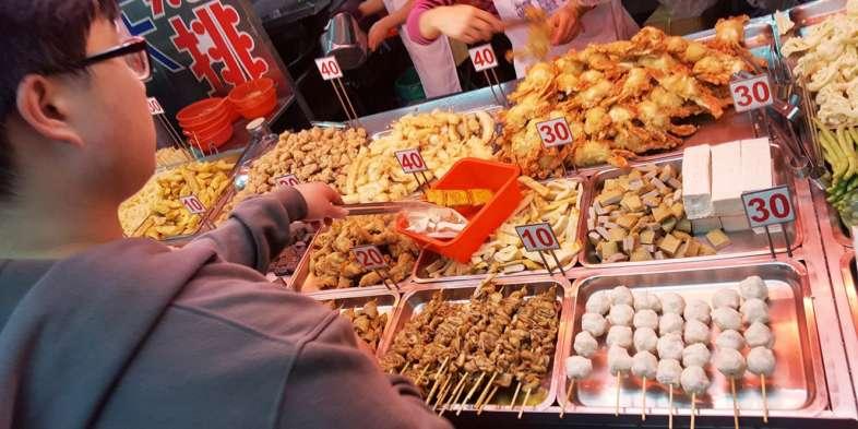 Barraca de frutos do mar no Night Market