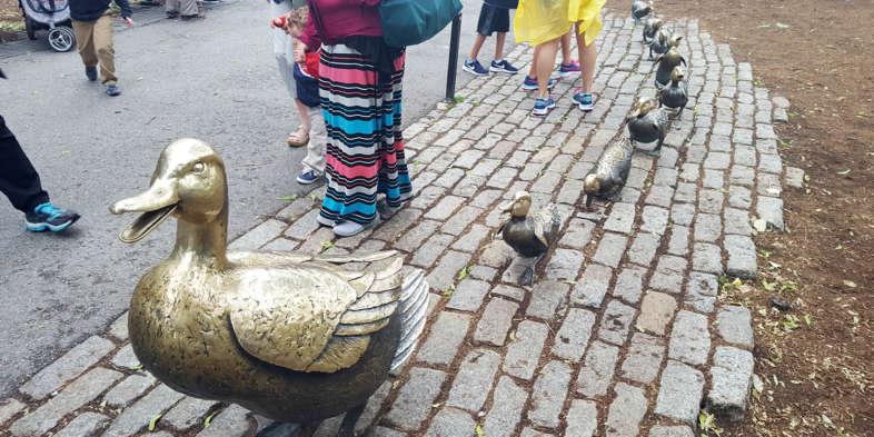 Make way for ducklings. Escultura de uma família de patinhos!