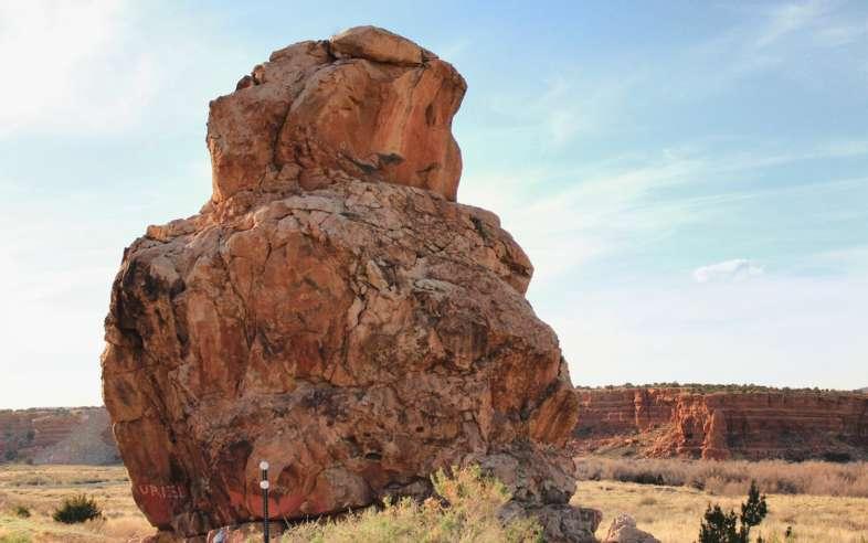 A famosa Rock Owl, ou pedra da coruja, à beira da Rota 66 próxima à cidade de Mesita no Novo México