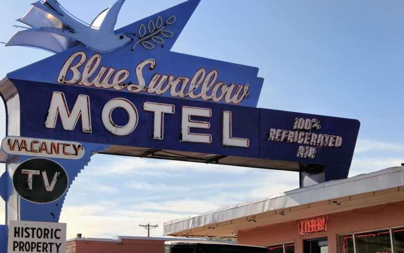 Blue Swallow Motel, um dos mais famosos hotéis de beira da estrada da Rota 66 e um dos muitos letreiros de neon que iluminam Tucumcari no Novo México