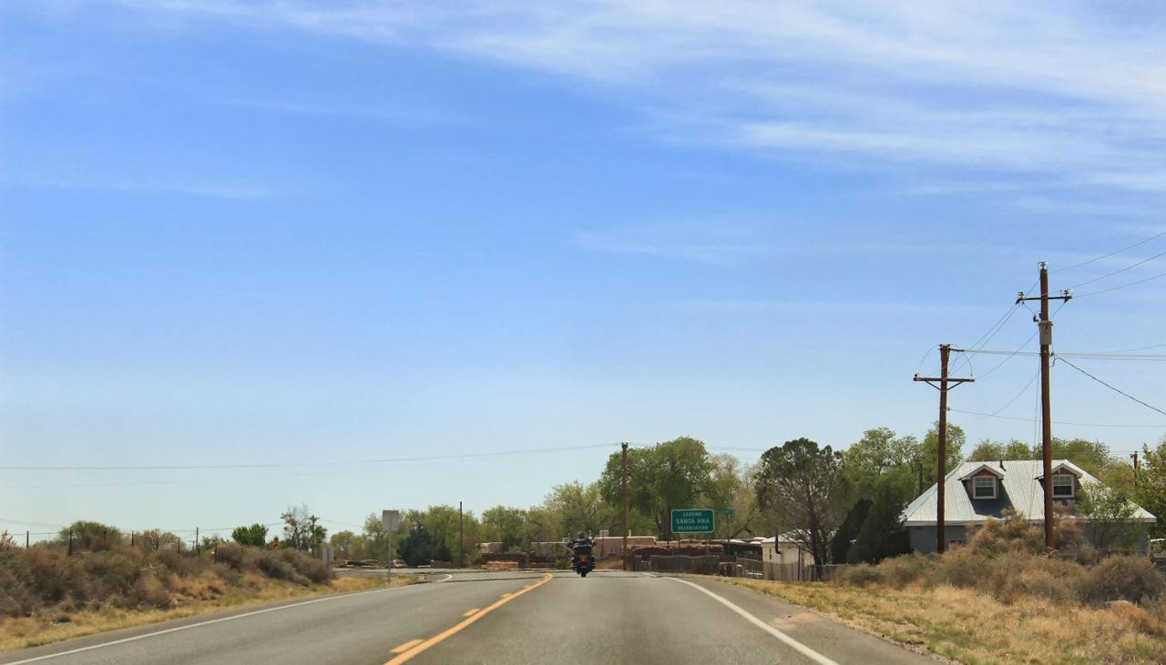 Motoqueiro solitário na Rota 66 deixando a reserva indígena de Santa Ana no Novo México