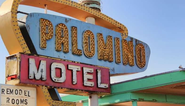 Palomino Motel, um dos muitos letreiros de neon que iluminam Tucumcari no Novo México