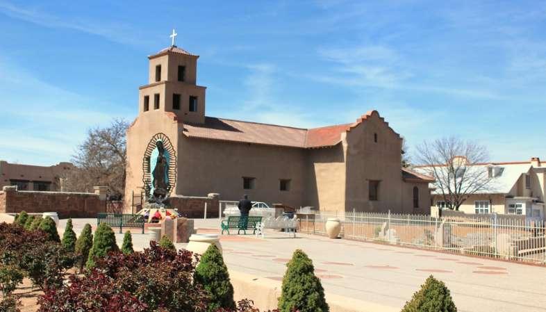 Vista externa do Santuário de Guadalupe é o mais antigo nos EUA dedicado à Nossa Senhora de Guadalupe