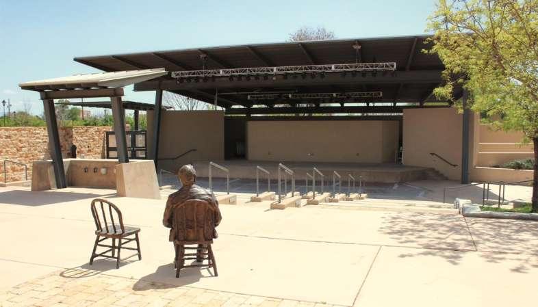 Você pode visitar gratuitamente a área externa do Museu de Albuquerque, que inclui um jardim de esculturas e um anfiteatro