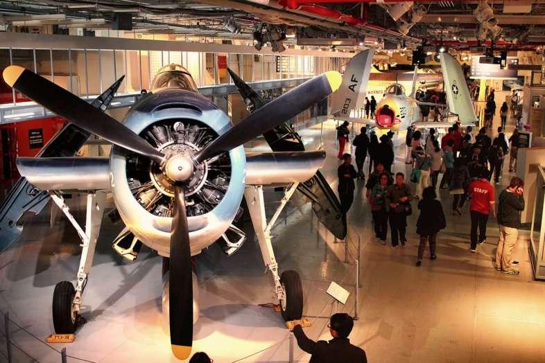 Alguns dos aviões em exposição no Hangar Deck do Intrepid Museum