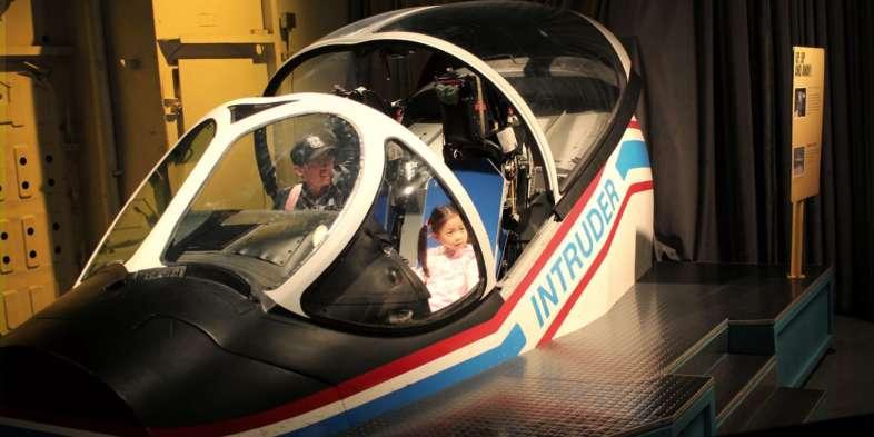 Em um dos conveses inferiores do Intepid, é possível sentar-se nos cockpits de algumas aeronaves