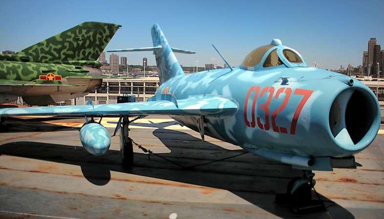 Eu cresci voando esses MiG-17 em joguinhos de PC