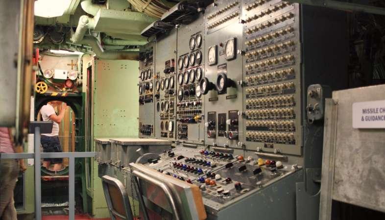 Uma das estações de controle do U.S.S. Growler, submarino que você pode visitar e está incluso no ingresso do Intrepid