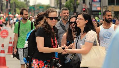 Sonia e Alessandra se divertem na Paulista Aberta durante o Vem pra Sampa, meu!