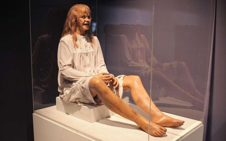 Uma das bonecas usadas no clássico de terror O Exorcista exposta no Museum of the Moving Image em Nova York