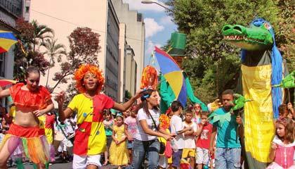 """Crianças do bloco de carnaval infantil """"Emílias e Viscondes"""""""