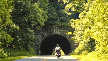 Casal em moto passeia pela Blue Ridge Parkway na Virgínia, EUA
