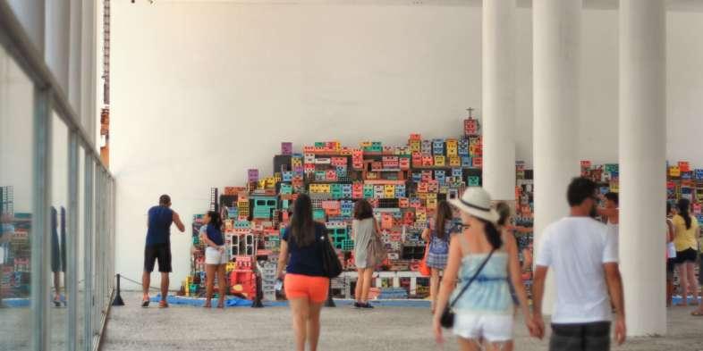 Exposição Morrinhos no térreo do Museu de Arte do Rio no Boulevard Olímpico