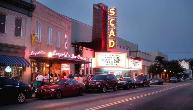 Fachada do sempre cheio Leopold's Ice Cream. Ao lado, a sala de cinema da Savannah College of Art and Design