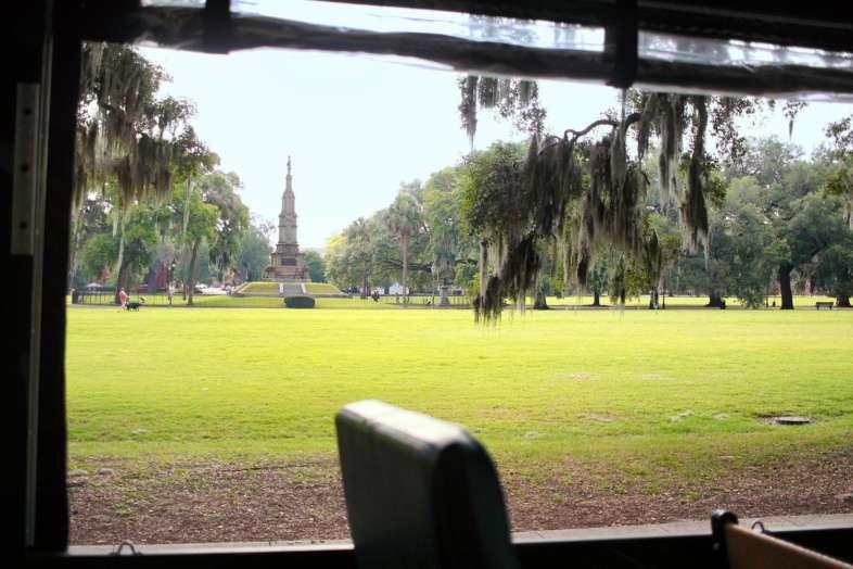 Forsyth Park visto de dentro de um dos bondes da Old Town Trolley Tours