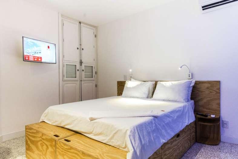 Quarto do Belga Hotel, observe os vários compartimentos para armazenamento embutidos na cama