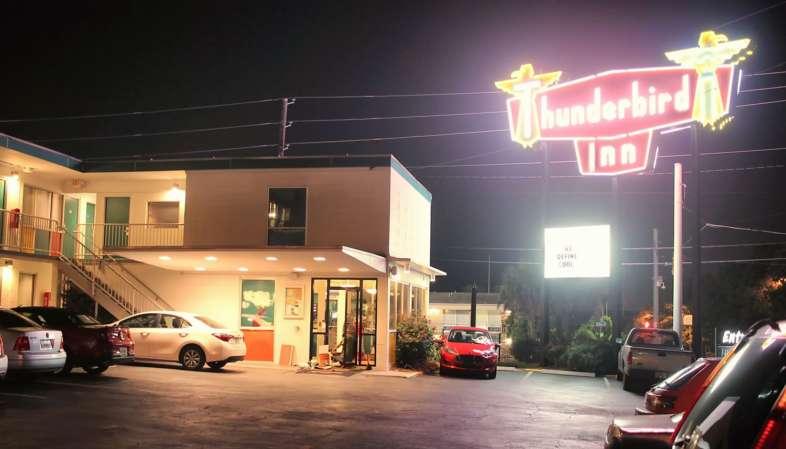Thunderbird Inn: o hotel que te dá donuts, moon pie e refrigerante local!