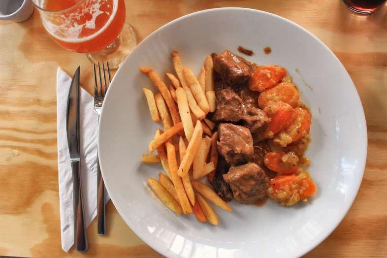 Vlaamse stoofvlees (carne assada em cerveja escura), acompanhado de cenouras e batatas fritas