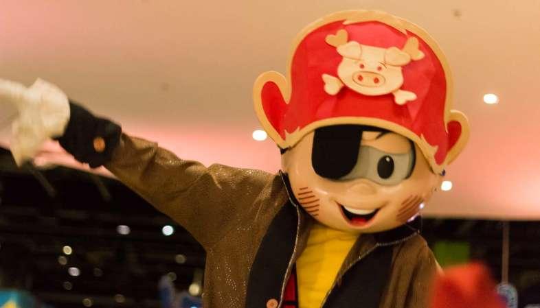 Cascão fantasiado de pirata no desfile de carnaval do Parque da Mônica