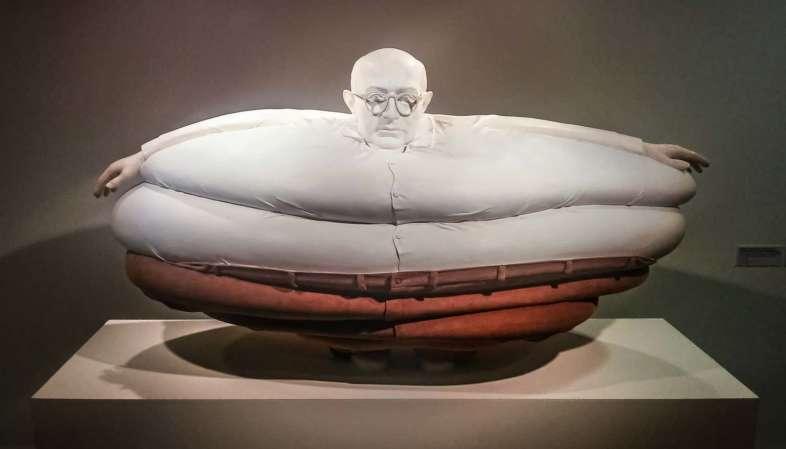 Obra presente na exposição Erwin Wurm - O Corpo é a Casa no CCBB-SP