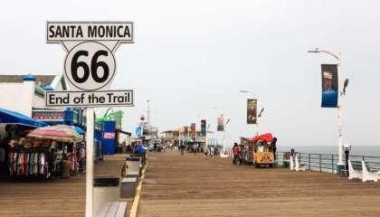 O marco final da Rota 66 no píer de Santa Monica